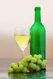 Vin blanc avec des raisins Photographie stock libre de droits