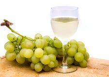 Vin blanc avec des raisins images stock