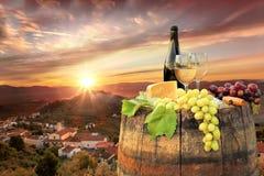 Vin blanc avec le baril sur le vignoble dans le chianti, Toscane, Italie image libre de droits