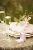 Vin blanc dans le verre et la bague à diamant Photographie stock libre de droits