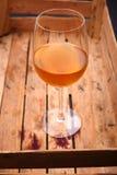 Vin blanc dans une caisse Photos libres de droits