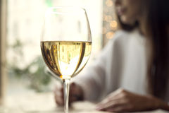 Vin blanc de boissons de femme avec l'ami dans le restaurant ou un café Photo stock