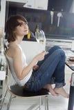 Vin blanc de goût de jeune femme Photo libre de droits
