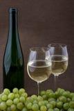 vin blanc de raisins de verres à bouteilles Image stock