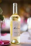 Vin blanc de Sauvignon Blanc dans la bouteille Image libre de droits