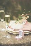Vin blanc en verre et anneau de mariage Photos stock