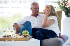 Vin blanc et nourriture sur la table avec des couples Image libre de droits