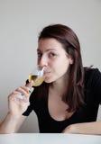 Vin blanc potable de jeune femme Photos stock
