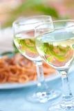 vin blanc pour un repas dans une configuration extérieure. Photo libre de droits