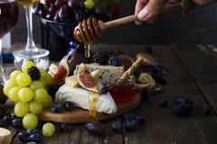 Vin blanc, raisin, pain, miel et fromage images libres de droits