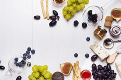 Vin blanc, raisin, pain, miel et fromage image stock