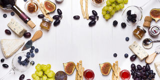Vin blanc, raisin, pain, miel et fromage photographie stock libre de droits