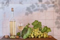 Vin blanc, raisin sur le vieux bois photo stock