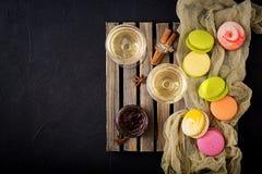 Vin blanc sec et un macaron Photo libre de droits
