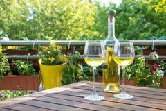 Vin blanc servi à deux dans le jardin. Photo stock