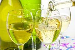 Vin blanc versant dans des verres Images stock
