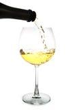 Vin blanc versant dans un verre Image libre de droits
