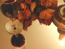 Vin, bougie et roses Photographie stock libre de droits