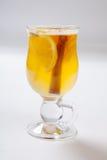 Vin brulé bianco con le spezie, la mela e l'arancia su fondo bianco Fotografia Stock Libera da Diritti