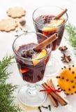 Vin brulé con le fette arancio sulla bevanda di riscaldamento di inverno bianco- fotografie stock