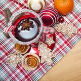 Vin brulé con le spezie ed i biscotti del pan di zenzero Fotografia Stock