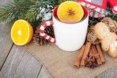 Vin brulé di Natale con l'albero di abete e la decorazione Immagini Stock