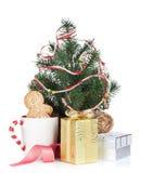 Vin brulé di Natale con l'albero di abete ed i contenitori di regalo Fotografia Stock