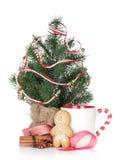 Vin brulé di Natale con l'albero di abete, il pan di zenzero e la decorazione Immagini Stock