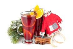 Vin brulé di Natale con le spezie e l'albero di abete nevoso Fotografie Stock