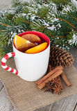 Vin brulé di Natale con le spezie e l'albero di abete nevoso Immagine Stock Libera da Diritti