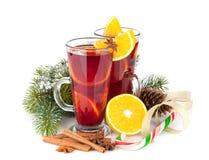 Vin brulé di Natale con le spezie e l'albero di abete nevoso Immagini Stock