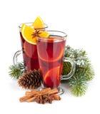 Vin brulé di Natale con le spezie e l'albero di abete nevoso Fotografia Stock