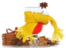 Vin brulé di Natale in tazza di vetro con la sciarpa Fotografie Stock Libere da Diritti