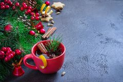 Vin brulé in tazze rosse e nel fondo festivo di Natale Fotografia Stock Libera da Diritti