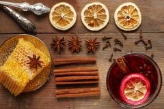Vin brul? fragrante su una tavola di legno ingredienti rustic fotografie stock