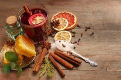 Vin brul? fragrante su una tavola di legno ingredienti rustic fotografia stock