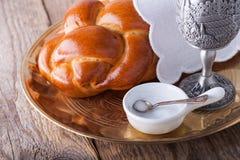 Vin challah för den judiska sabbaten Arkivfoto