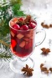 Vin chaud épicé de Noël sur un fond argenté Images stock