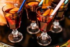 Vin chaud avec de la cannelle et des oranges pour la célébration de Halloween photo stock