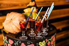 Vin chaud avec de la cannelle et des oranges pour la célébration de Halloween images libres de droits