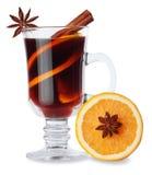 Vin chaud avec des épices dans de verre et orange Photos stock