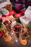 Vin chaud avec des fruits, des bâtons de cannelle, l'anis et des décorations Image libre de droits