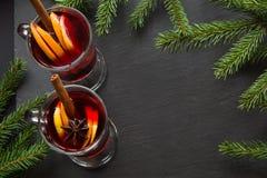 Vin chaud chaud avec l'arbre de cannelle et de Noël sur le plat d'ardoise L'espace de vue supérieure et de copie images stock