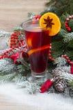Vin chaud avec l'arbre de Noël décoré Image libre de droits