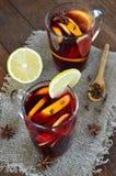 Vin chaud avec l'orange sur le fond en bois photos libres de droits