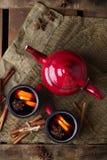 Vin chaud chaud dans une tasse rouge pendant des vacances d'hiver Photo libre de droits