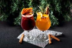 Vin chaud chaud de Noël avec de la cannelle, l'orange et l'arbre à bord photo stock