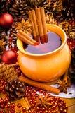 Vin chaud dans la cruche brune Image libre de droits