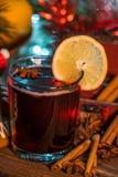 Vin chaud dans le temps de Noël photographie stock libre de droits