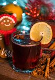 Vin chaud dans le temps de Noël images libres de droits